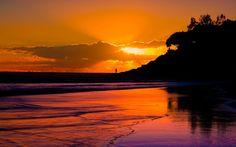 Apus în nori pe plajă roşiatică