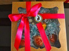 caixa de papelão + papel crepom picado + chocolates + fita de cetim = lembrança de Páscoa