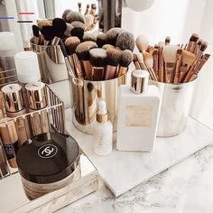 makeup organization How to Organize amp; Display Makeup in Cool Ways, makeup organization,makeup vanity,makeup storage organization small spaces Makeup Vanities, Rangement Makeup, Makeup Storage Organization, Makeup Brush Storage, Vanity Table Organization, Beauty Storage Ideas, Make Up Organization Ideas, Bedroom Organisation, Organizing Solutions