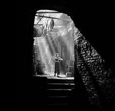O fotografo FAN HO fez fotografias fantásticas das ruas de Hong Kong nos anos de 1950. FAN HO é um dos mais amados fotógrafos de rua da Ásia, capturando o