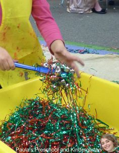 Paula's Preschool and Kindergarten: Holiday sensory bins (Note: Find something natural (recyclable or biodegradable/compostable) to replace tinsel. Preschool Centers, Preschool Curriculum, Preschool Classroom, In Kindergarten, Preschool Crafts, Classroom Ideas, Homeschool, Sensory Boxes, Sensory Table