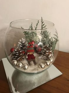 Recipientes de cristal con escenas navideñas – Dale Detalles Glass containers with Christmas scenes – Give Details – Weihnachts Handwerk DIY Simple Christmas, Christmas Home, Christmas Wreaths, Christmas Bulbs, Christmas Countdown, Christmas Arrangements, Christmas Table Decorations, Christmas Projects, Holiday Crafts