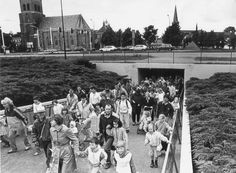 Avondvierdaagse 1960 door de voetgangerstunnel.