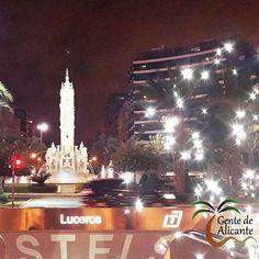 Desde la #PlazadelosLuceros⛲ #Alicante os deseamos Buenas noches #GentedeAlicante!  A disfrutar de la noche del sábado! Bona Nit a Tots Familia!   #ProvinciadeAlicante #LaMillorTerretadelMón #CostaBlancaEs www.gentedealicante.es #España — en Plaza de los Luceros.