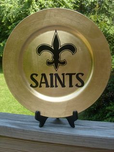 New Orleans Saints decorative plate fleur de lis SALE by acvinson Saints Gear, Nfl Saints, New Orleans Saints Football, Vinyl Crafts, Diy Arts And Crafts, Vinyl Projects, Custom Plates, Decorative Plates, Saints Wreath