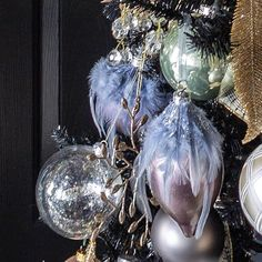 These purple and gold Christmas decor ideas are gorgeous! I love the glam Christmas decor and evergreen garland. It looks so pretty with the fireplace mantel. Purple Christmas Decorations, Purple Christmas Ornaments, Black Christmas Trees, Colorful Christmas Tree, Christmas Tree Themes, Christmas Colors, Beautiful Christmas, Christmas Home, Christmas Trends