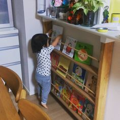 壁に穴を開けることなくおしゃれな壁面収納を実現できるアイテムとして、そして欲しいところに欲しい大きさの収納を作れるアイテムとして、「ディアウォール」がDIYの定番アイテムとなりつつあります。ディアウォールの使い方やインテリア実例をまとめました。 Diy Deco Rangement, Bookshelves, Bookcase, Indian Home Decor, Small Rooms, Nursery Room, Home Renovation, My Room, Home Organization