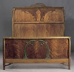 Léon Bénouville (1860-1903) - Art nouveau Bed. Carved Satinwood with Fruitwood Marquetry Inlays and Brass Hardware. France. Circa 1900. 150cm x 197cm x 150cm.