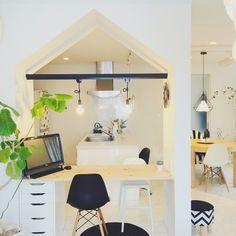 『リビングダイニングぶち抜きリフォーム…』 House shaped wall opening for desk area