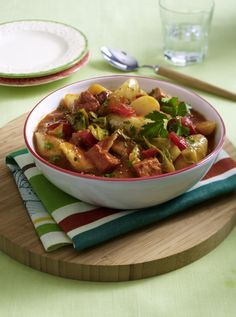 Unser beliebtes Rezept für Würziges Kartoffel-Schweine-Gulasch und mehr als 55.000 weitere kostenlose Rezepte auf LECKER.de.