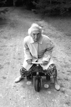 Get your motor runnin Head out to the highway Looking for adventure In whatever comes or way ; People Having Fun, Old Folks, Young At Heart, Aging Gracefully, People Photography, Funny People, Belle Photo, Getting Old, Old Women