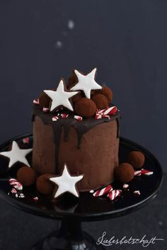 Love message: Christmas gingerbread cake with red wine cherries red wine truffles raffle. The post Love message: Christmas gingerbread cake with red wine cherries red wine truffles appeared first on Win Dessert. Cupcake Recipes, Cupcake Cakes, Cupcakes, Christmas Sweets, Christmas Baking, Christmas Cakes, Chocolate Christmas Cake, Chocolate Stars, Christmas Truffles