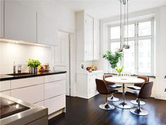 Темный пол на кухне в скандинавском стиле