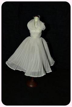"""Mítico vestido de la historia del cine llevado por Marilyn Monroe en la película """"La tentación vive arriba"""". Ambos iconos culturales de nuestro tiempo."""