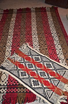 Rugs made by Mapuche women of Chile. Wonder if they would work in the decor? Cultural Crafts, Weaving Textiles, Natural Area Rugs, Ethnic Patterns, Popular Art, Loom Weaving, Craft Work, Rug Making, Woven Rug