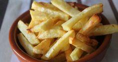Las patatas fritas al horno son una estupenda opción para disfrutar de unas ricas patatas pero sin apenas calorías. Os parecerá increíble, pero os puedo asegurar que quedan crujientes y con una sabor incluso mejor que fritas. Ya las he hecho varias veces y en casa han tenido mucho éxito. Podéis hacerlas tal cual, como yo las he hecho o podéis espolvorearlas con hierbas aromáticas, como mas os gus ...