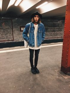Richy Koll - Dr. Martens Oxfords, Adidas Socks, Cheap Monday Jeans, H&M Sweatshirt, Oversize Jeansjacket, Jutebeutel, Urban Outfitters Hat -