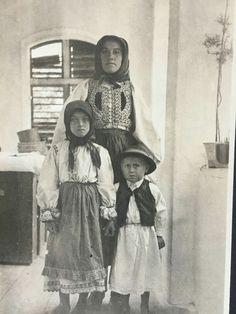 A képet Bartók Béla készítette 100 éve Erdélyben . A népdalgyűjtés mellett fotókat is készített, melyek a szeptember 14- től a mozikban vetített Bartók filmben is láthatóak lesznek. Csodálatos portrék az erdélyi magyarokról!