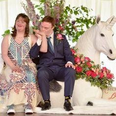 Um trono em forma de unicórnio, um bolo salpicado com confeitos coloridos (de 3 andares, obviamente), garçons-cantores, uma decoração colorida, hambúrguer no cardápio e dancinha coletiva. A diversão deu o tom do casamento dos ingleses Polly Gibson e Joe Minogue.
