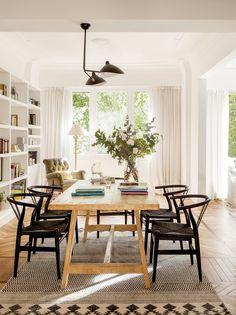 En el comedor La mesa es de Maisons du Monde y las sillas, la lámpara y la alfombra, de Estudio Natalia Zubizarreta. El jarrón es de Original Country Bilbao.