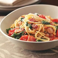 Let's try this with spaghetti squash! Bacon & Tomato Spaghetti Recipe -Our summer-perfect pasta features baby spinach, cherry tomatoes and crisp bacon tossed with a tangy balsamic vinaigrette. —Taste of Home Test Kitchen Spaghetti Recipes, Pasta Recipes, Cooking Recipes, Giada De Laurentiis, Italian Dishes, Italian Recipes, Spaghetti With Spinach, Spaghetti Salad, Summer Spaghetti