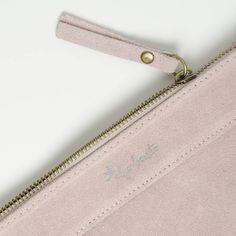 El complemento perfecto para empezar la semana con fuerza... ¡y con estilo! 💁👜 ¡Encuéntralo en tiendas físicas y online! #felizlunes #monday #mondaymood #algobonito #algobonitonline #moda #fashion #complementos #piel #nuevacoleccion #newcollection #pink #leather