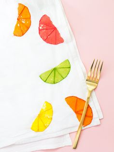 Diy Citrus Stamped and Embroidered Tea Towels // How cute is this dish towel? Learn how easy it is to make in this step by step tutorial. Crafts To Make And Sell, Easy Diy Crafts, Diy Craft Projects, Crafts For Kids, How To Make, Craft Ideas, Diy Ideas, Dish Towels, Tea Towels