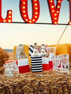 Gör en egen flaskdesign och matcha flaskor med dukning. Klistra eller tejpa på presentpapper eller textil i ett mönster du tycker om. POKAL glas, KORKEN flaska med kork, SOFIA metervara bredrandig, SOFIA metervara smalrandig, POKAL vinglas. Stylist: Hans Blomquist Fotograf: Mikkel Vang