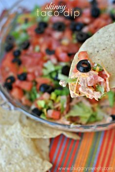 A delicious snack for game day, this Healthy Taco Dip is a sure fire crowd pleaser! It& lightened up from the original taco dip recipe too! Appetizer Recipes, Snack Recipes, Cooking Recipes, Appetizers, Pastry Recipes, Think Food, I Love Food, Skinny Taco Dip, Healthy Tacos