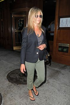 Like this combo- need green pants ( longer tho) Rachel Green Outfits, Rachel Green Style, Jennifer Aniston Style, Jennifer Aniston Pictures, Cowgirl Style Outfits, Casual Outfits, Jannifer Aniston, Nancy Dow, Joggers Outfit