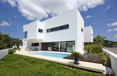 Stylish All-White Residential Project in Spain Defined by Concise Design Lines