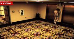 Hóspede De Hotel Fica Nú No Exterior Do Quarto Ao Trazer a Bandeja Do Jantar Ao Corredor