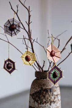 Met een kastanjes, satéprikker en wol maak je de mooiste herfst spinnenwebben! Te leuk voor kinderen! - Zelfmaak ideetjes