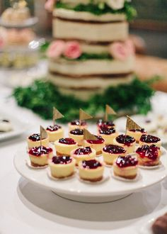 Buffet de dulces con Naked cake. Boda organizada por Detallerie. Sweet buffet with naked cake. Wedding by Detallerie.