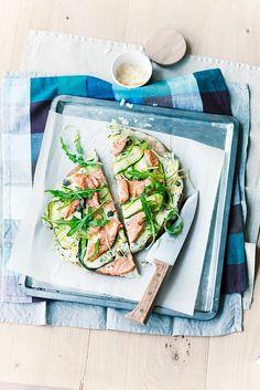 Vollkornpizza mit Zucchini und Lachs | http://eatsmarter.de/rezepte/vollkornpizza-mit-zucchini-und-lachs