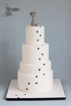 Wedding cake - chic and elegant - cat wedding cake - paw prints - alternative wedding cake - wedding cake inspiration - Bracknell, Berkshire. Tiny Sarah's Cakes. www.tinysarahscakes.co.uk www.facebook.com/tinysarahscakes www.instagram.com/tinysarahscakes