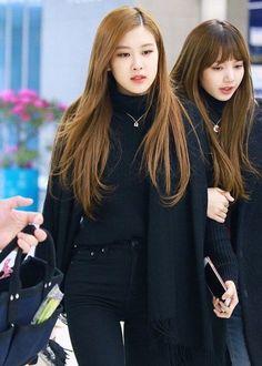 Rose and Lisa//BlackPink Blackpink Fashion, Korean Fashion, Fashion Outfits, Kpop Mode, 1 Rose, Kpop Outfits, Airport Style, Airport Fashion, Kpop Girls