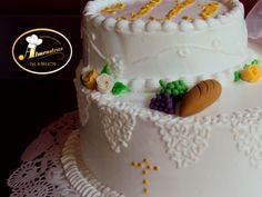 Detalle de queque de primera comunión con merengue italiano y figuras en pasta de goma.