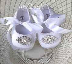 Dazzling baby shoes are the perfect gift for precious little girls. Baby shower, first birthday, baptism or christening are just a few of the occasions
