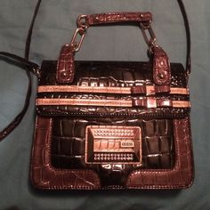 Cross body Guess purse Still on great condition. I've only used it once. Guess Bags Crossbody Bags