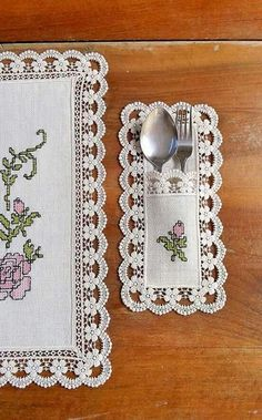 This Pin was discovered by KAA Sewing Art, Sewing Crafts, Sewing Projects, Embroidery Stitches, Hand Embroidery, Machine Embroidery, Diy Furniture Covers, Serviettes Roses, Home Crafts