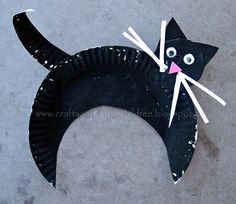 Paper Plate Black Cat - we did a black cat themed art playdate in the park :)