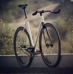 Paris = nid de poule  Je vais pas tardé à avoir besoin d'un bike bien plus robuste!