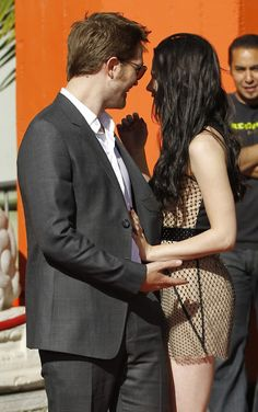 Rob waited on Kristen when her name was announced at the Twilight Hand/Feet ceremony in Hollywood.
