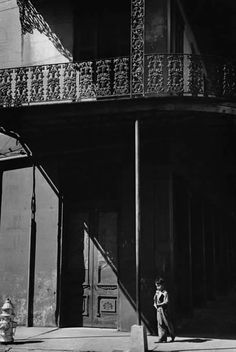 New Orleans 1947 Henri Cartier-Bresson Lovely light, see how he has picked up the wrought iron balconies. A photo of a little boy standing next to a house with a balcony and the shadow onto the house looks very intense. Henri Cartier Bresson, Black And White People, Black White Photos, Black And White Photography, Candid Photography, Vintage Photography, Street Photography, Urban Photography, Photography Backdrops