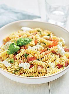 Pasta met tomaten, mozzarella, spek en basilicum