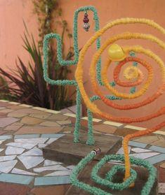 Cactus armados en alambre y lanas, con base de madera.