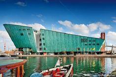 Bezoek het grootste dakterras van Amsterdam voor heerlijk eten, drinken, een waterspeelplaats, gratis WiFi, het weidse uitzicht en ander entertainment.