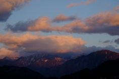[2012.9.13] 산 위에서 바라보는 하늘 X-Pro1    때때로 자연은 우리에게 감동적인 장면을 선사합니다.    하지만 그 감동을 쉽게 허락하지 않기도 하는데요.    산등성이에 걸쳐진 구름과 하늘의 색이 참 아름답네요.^^    <사진정보>    촬영 모드 - Aperture-Priority Auto   감도 - ISO 200   다이나믹 레인지 - 100%   포커스 - f/10   셔터스피드 - 1/70   초점거리 - 60.0mm   화이트 밸런스 - AUTO   필름 시뮬레이션 - Velvia    http://blog.naver.com/fujifilm_x/150136746252