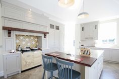 This kitchen is a stunning example of a modern country kitchen Modern Country Kitchens, Modern Farmhouse Style, Beautiful Kitchen Designs, Beautiful Kitchens, Living Environment, Open Plan Kitchen, Luxury Living, Dining Room, Lounge